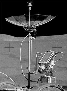 Photo NASA: Caméra TV d'Apollo 15 et antenne à gain élevé connectées au véhicule mobile lunaire.